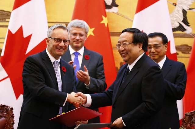 Canada Trade minister Ed Fast and a Chinese official